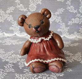 Bärenmädchen mit rotem Kleid