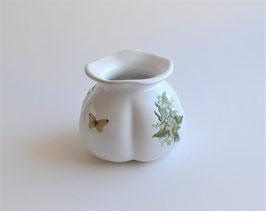 Vase mit Blumen- und Schmetterlingsmotiv.