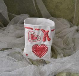 Keramiktüte mit roten Herzen