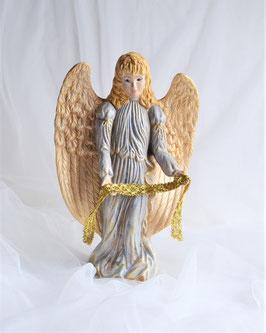 Engel mit großen Flügeln in zartblau-gold mit Band
