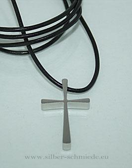 schichtes Edelstahl-Kreuz, Variante auch vergoldet, an schwarzem Lederband