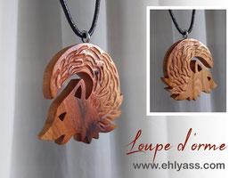 Amulette loup lune sculptée / gravée en relief