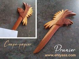 Coupe-papier Corbeau en prunier sculpté