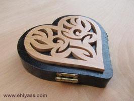 Coffret boîte Coeur en bois de sapelli peint
