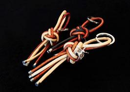 Klassischer Leder-Schlüsselanhänger - zweifarbig, mit kleinem Anhänger