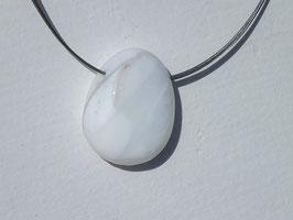 Opale blanche en pierres percées