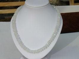Collier en pierre de lune facetté (B080)