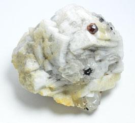 水晶とブラックトルマリン付!ヒマラヤ産ガーネット 248g             産地:[Haramosh,  Pakistan] サイズ:タテ6cm、ヨコ7cm、奥行き5.4cm、