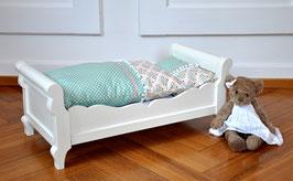Antikes Puppenbett mit Bettinhalt aus Tilda-Stoffen