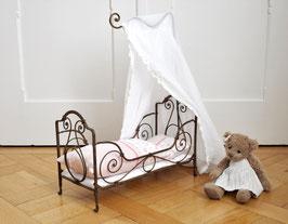 Antikes 100-jähriges Eisenpuppenbett mit handgemachter Matratze, Bettinhalt aus Tilda-Stoffen und Betthimmel