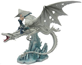 Elfe reitet auf weissem Drachen