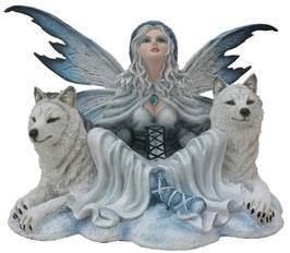 Elfe Winter sitzend mit zwei Wölfe