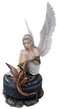 Engel sitzt auf Reifen