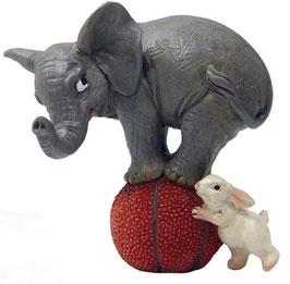 Elefant auf Ball mit Hase