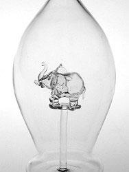 Karaffe, Flasche  mit klarem Elefant Inhalt 0,5 Liter Höhe ca 300 mm