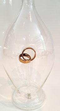 Karaffe mit goldenen Hochzeitsringen, Inhalt 0,5, Höhe ca. 300 mm L.