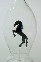 Karaffe, Flasche 0,5 L. mit schw. Pferd