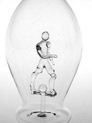 Karaffe, Flasche 0,5 L. mit klarem Fußballer