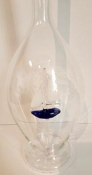 Karaffe 0,5 L. mit farbigem Segelboot im Inneren, mundgeblasen Höhe ca. 300 mm, Inhalt 0,5 Liter
