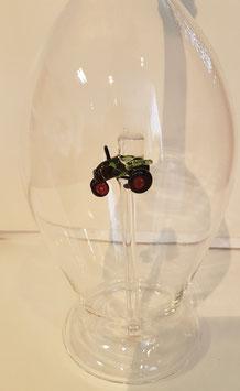 Karaffe 0,5 L. mit farbigem Traktor im Inneren, mundgeblasen Höhe ca. 300 mm, Inhalt 0,5 Liter