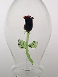Karaffe, Flasche  0,5 L. mit roter Rose
