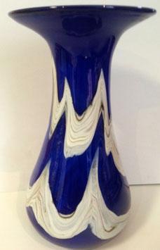 Große Vase mit aufgetragenem Dekor aus farbigem Glas, in blau, beige marmoriert, mundgeblasen Höhe ca. 30-33 cm