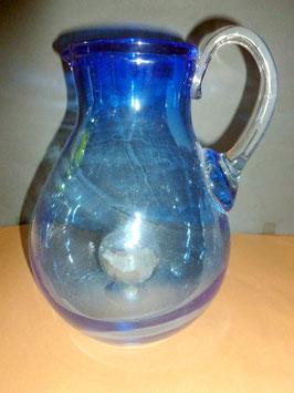 Glaskrug hellblau mit einer Glasblase am Boden von unten befühlbar mit Edelsteinen , Höhe ca 250 mm