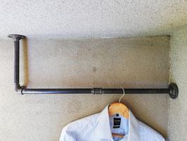Eckgarderobe Rohrgarderobe für die Ecke zwischen Wand und Decke aus Eisenstangen bzw. Rohren im Industrial Style
