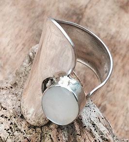 auffälliger Silberring mit Edelstein