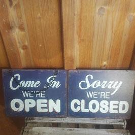 """Schild beidseitig beschriftet """"Open/Closed"""""""