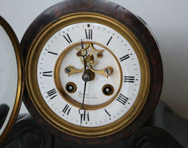 "Kamin-Uhr ""Maple London"" mit sichtbarer Brocot-Hemmung vorne, antik ca. 1830"