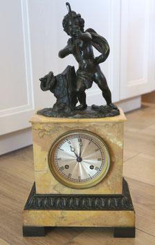 Antike Pariser Kamin-Uhr - mit Sujet Engel & Pfeil, ca. 1840