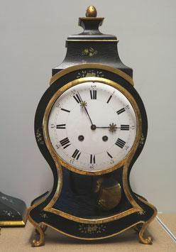 Grosse Pendule antik schwarz, mit Sockel zur Aufhängung