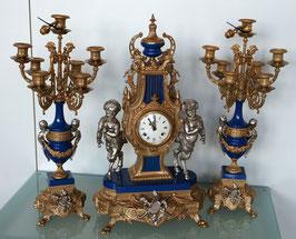 Prunk Tischuhr Massiv Guss vergoldet mit zwei Kerzenständern, mechanisch mit Schlag