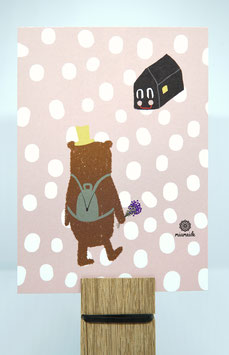 Bär mit Blumen und Rucksack geht nach Hause.