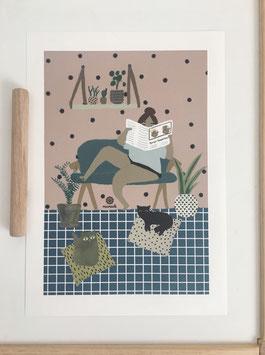 Frau im Wohnzimmer mit Katzen.