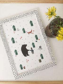 Im Wald mit Bär, Junge und Tieren.