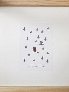 Bäriger Weihnachtsmann im Wald.