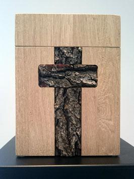 030 Holzurne viereckig mit eingebettetem Kreuz aus Baumrinde