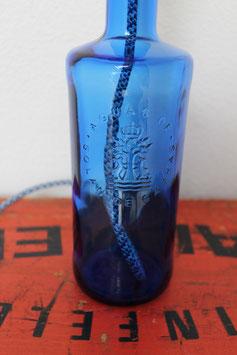 Stilvolle blaue Wasserflasche, Höhe mit Fassung ca. 35 cm, inklusive abgebildetem LED-Leuchtmittel