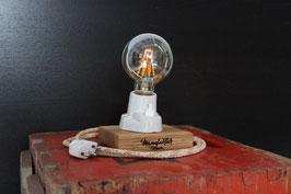 Tischlampe Eichenholz mit weisser Porzellanfassung inklusive abgebildetem LED-Leuchtmittel