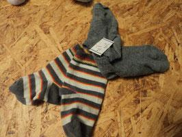 255 2 Paar Socken grau und weiß/gelb/rot gestreift Gr. 74/80