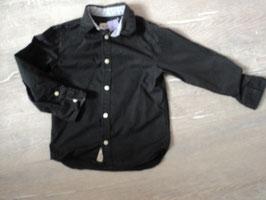 3217  Schickes schwarzes Hemd unten an den Seiten abgerundet, daher auch gut aus der Hose zu tragen von H&M Gr. 110