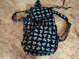 660 Rucksack schwarz weiß mit Totenköpfe