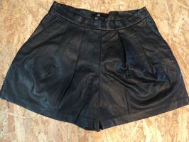 474 Kurze Lederimitat Shorts mit seitlichem Reißverschluss und Seitentaschen von H&M Gr. 42