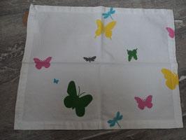 1242 Kleine Tischdecke weiß mit bunte Schmetterlingen