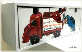 Matchbox toy Towtruck, hand beschilderd houten ladenkastje.