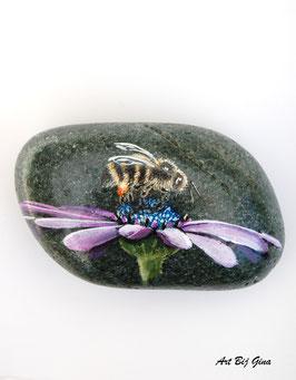 Rock-Art Bij op een bloem geschilderd op een mooie steen