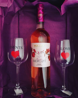 Vino rosado y copas personalizadas
