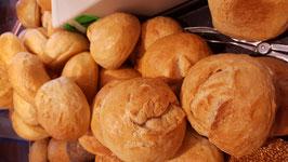 Weizenbrötchen (auch als Sesam- oder Mohnbrötchen)
